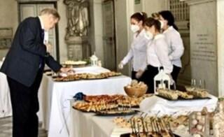 I buffet sono vietati, ma all'evento con Toti e Bucci in Liguria si servono cibo e bevande