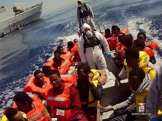 """Sbarchi in Sicilia, i 70 tunisini andranno a Taranto. Alarm Phone: """"Persi contatti con 78 migranti"""""""