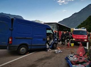 Trento, drammatico schianto tra furgone e autobus: un morto e 3 feriti, traffico paralizzato