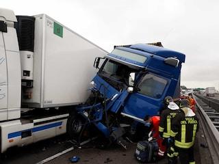Scontro tra camion sulla A14 Bologna: feriti i conducenti dei mezzi, traffico bloccato e code