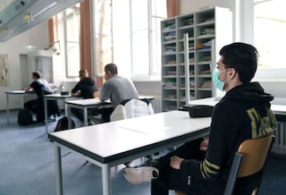 """Ritorno a scuola a settembre, Azzolina: """"Possibili divisori tra i banchi e visiere per studenti"""""""
