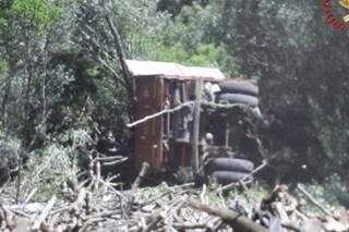 Dramma in A14, tir si ribalta: camionista sbalzato fuori e schiacciato dal rimorchio