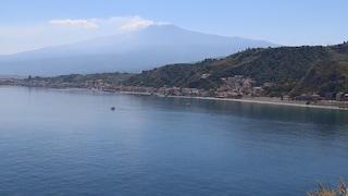 """Taormina, il primo bagno a Isola Bella: """"Pochi bagnanti ma ci auguriamo la normalità"""""""