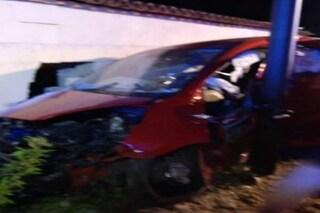 Torino, auto finisce contro un palo a Venaria: gravissima una bambina di 5 anni