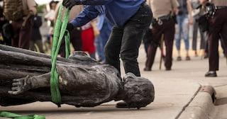 USA, abbatte una statua e gli cade in testa: manifestante di Black Lives Matter gravissimo