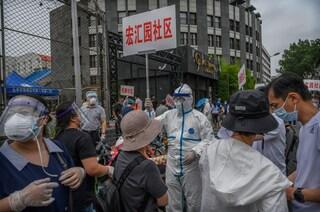"""Pechino, 100 nuovi casi di Coronavirus e lockdown: """"Corsa contro il tempo per fermare i contagi"""""""