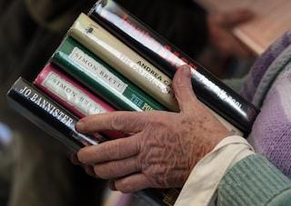 Torino, a 91 anni lascia 6mila libri in eredità: il Comune li salva e apre una biblioteca