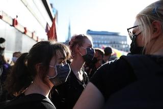 """Svezia, la gente non ne può più: crolla sostegno al governo contro la strategia del """"tutto aperto"""""""