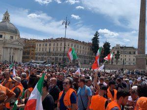 Gilet arancioni Roma assembramenti cori insulti Mattarella piazza Popolo