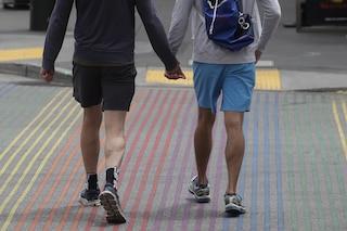 Aggressione omofoba a Pescara, in 7 picchiano 25enne: passeggiava mano nella mano col fidanzato