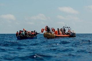 Migranti, Ocean Viking ne soccorre 51 alla deriva su barca di legno: tra di loro una donna incinta