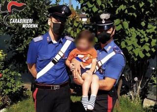 Modena, a 3 anni apre la porta e vaga in strada di notte: genitori svegliati dai carabinieri