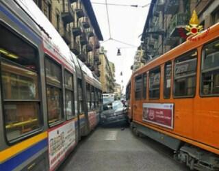 Torino: auto prova a sorpassare tram, se ne trova un altro davanti e rimane incastrata
