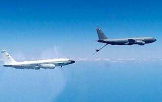 Tensione ad alta quota: caccia russo intercetta aerei spia americani e li segue sul Mar Nero