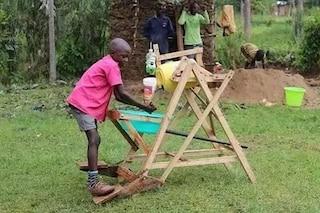 Bimbo di 9 anni inventa una macchina per lavare le mani contro la diffusione del Coronavirus