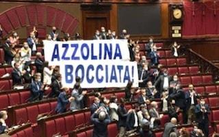 """""""Azzolina bocciata"""", striscione della Lega esposto in Aula durante il dibattito sul decreto Scuola"""