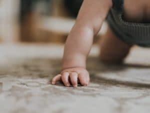 Ragusa, a 2 anni fugge da casa di notte: salvato da un passante, indossava solo il pannolino
