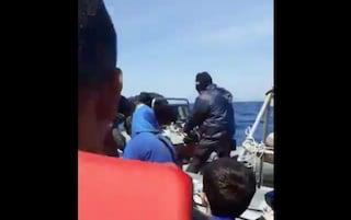 Barcone di migranti in difficoltà in acque greche attaccato da uomini mascherati: il video shock