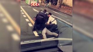 """Parigi, rider muore dopo controllo di polizia: """"Sto soffocando"""" ma gli agenti lo bloccano a terra"""