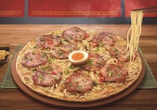 È arrivata la pizza ramen: ecco dove è possibile mangiarla e quanto costa