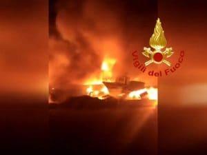 """Lampedusa incendiati barconi migranti Pietro Bartolo Vogliono destabilizzare clima politico"""""""