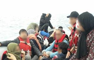 Migranti, in 29 su un barcone in difficoltà: Guardia costiera greca si avvicina ma non interviene