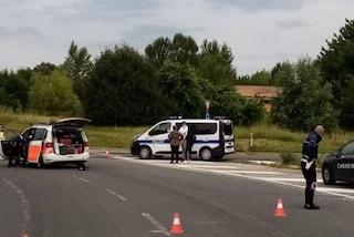Bologna, finisce con il monopattino contro un'auto: muore uomo di 60 anni