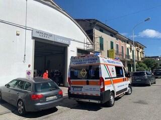 Prato, operaio di 56 anni muore cadendo dal tetto di un capannone