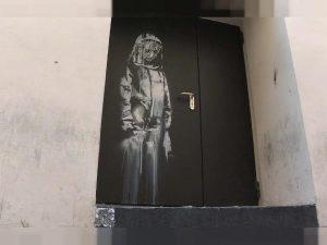 Ritrovata la porta del Bataclan dipinta da Banksy e rubata nel 2019: era in Abruzzo