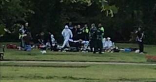 Gran Bretagna, un uomo armato attacca i passanti in un parco: ci sono feriti