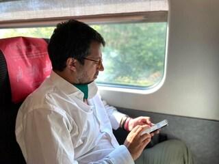 Perché Matteo Salvini continua a violare le norme su mascherine e distanziamento sociale