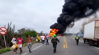 Colombia: si avvicinano a un camion ribaltato per rubare benzina, il mezzo esplode e fa una strage