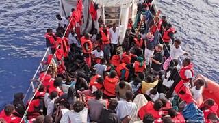 """Migranti, due barche con 140 persone in difficoltà: """"Aiuto! Stiamo morendo"""""""