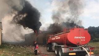 Turchia, esplode fabbrica di fuochi d'artificio: due morti, 80 feriti e persone intrappolate