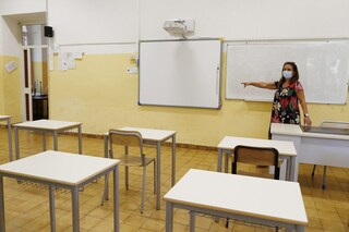 Scuola, i presidi ad Azzolina: servono 2,5 milioni di banchi singoli, ma solo 440mila innovativi