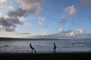 Chieti, incidente in spiaggia: trafitto da una canna mentre gioca a pallone, ferito 24enne