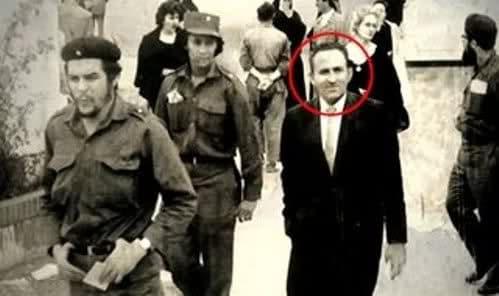 Lucio Urtubia accanto a Che Guevara a Parigi.