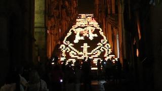 """Gli """"angeli anti-covid"""" illuminano la Scala di Caltagirone: """"Il pericolo non è ancora finito"""""""