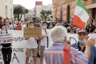 Salvini contestato a Gallipoli: accolto da fischi e manifestanti che cantano 'Bella Ciao'