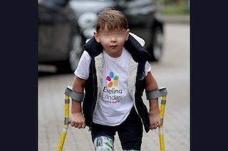 Tony a 5 anni e senza gambe cammina 10 chilometri e raccoglie 1 milione per medici e infermieri