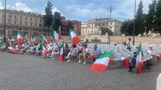 La manifestazione del centrodestra è un mezzo flop: sedie vuote e poca gente