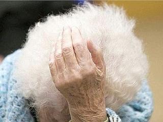Lega la madre una branda e la lascia a morire di freddo: condannato all'ergastolo