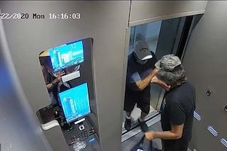 """""""Devo proteggermi dal Coronavirus"""" e spinge un 86enne fuori dall'ascensore: arrestato"""