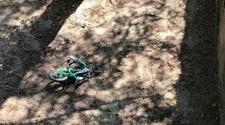 Precipita nel torrente con la bici durante un'escursione: turista muore dopo volo di 20 metri