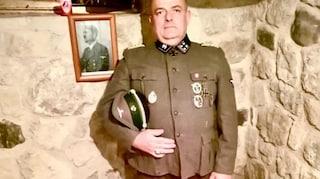 Il consigliere comunale di Fratelli d'Italia che posa in divisa da SS vicino alla foto di Hitler