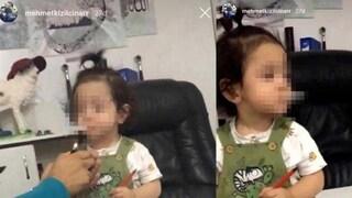 Fa fumare una sigaretta alla nipotina di 3 anni, poi ride: arrestato lo zio. Il video choc