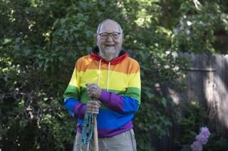 """Rivela di essere gay alla famiglia a 90 anni: """"Ci sono riuscito solo ora dopo settant'anni"""""""
