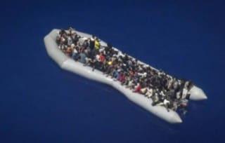 """Alarm Phone: """"I 131 migranti del gommone sgonfio sono stati riportati in Libia da Guardia costiera"""""""