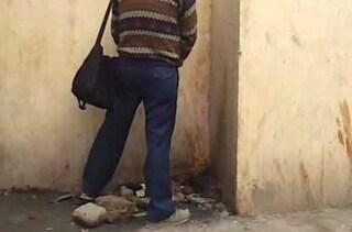 Sorpreso a fare pipì in strada, residente lo sgrida. L'altro reagisce urinandogli addosso