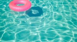 Piacenza, bimbo di 2 anni gioca in piscina e finisce sott'acqua: morto dopo due giorni di agonia